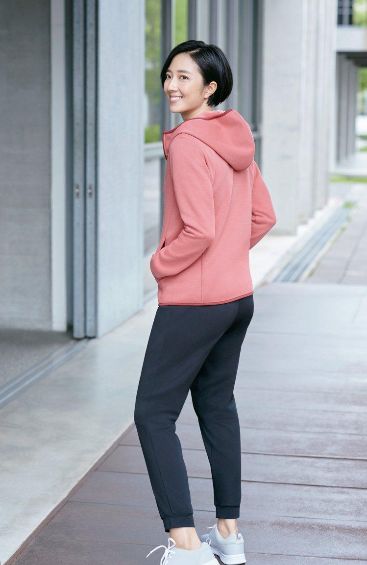 桂綸鎂演繹防風刷毛連帽外套1,290元。圖/UNIQLO提供