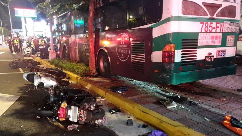 台北市公車撞上人行道,造成1死1傷。記者廖炳棋/翻攝