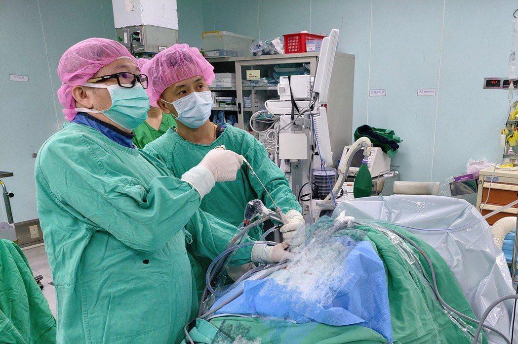 南投醫院神經外科主任葉國球透過內視鏡手術治療椎間盤突出。圖/南投醫院提供