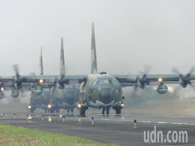空軍第六混合聯隊第十空運大隊第102中隊今天操演,C-130H型運輸機編隊起飛。記者邱德祥/攝影