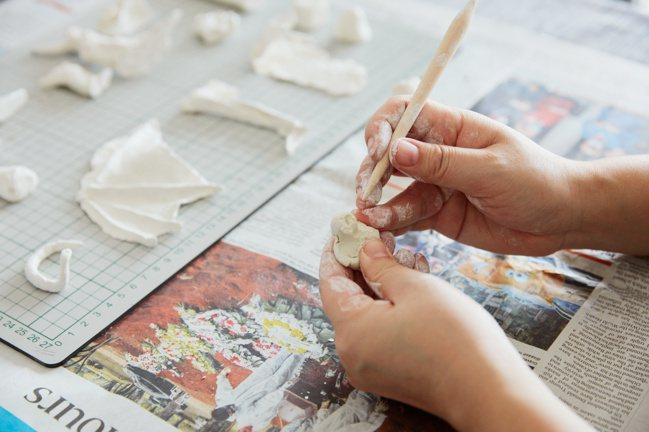 「不安之島」在新加坡構想與製作,遠離藝術家原本位於北京的居處與日常,同時並讓女兒...
