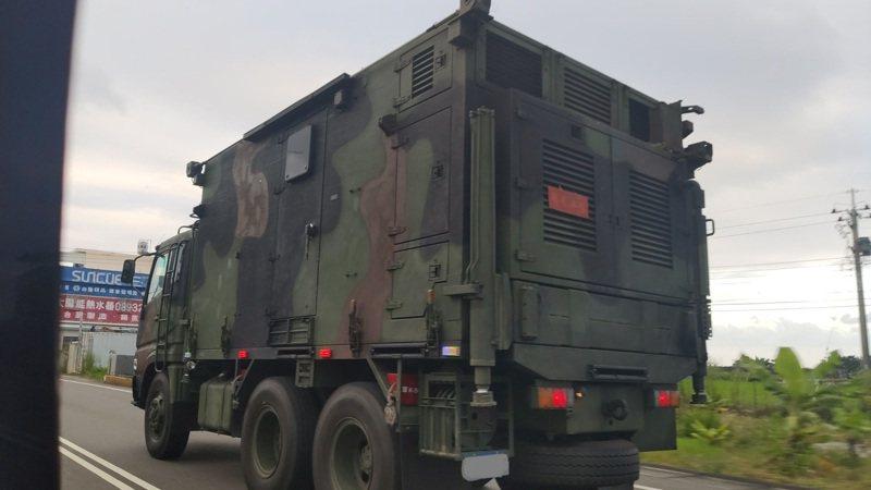 疑似國軍飛彈雷達車隊,昨天傍晚5點多行駛在台東省道台11線上。圖/軍事迷小盧提供