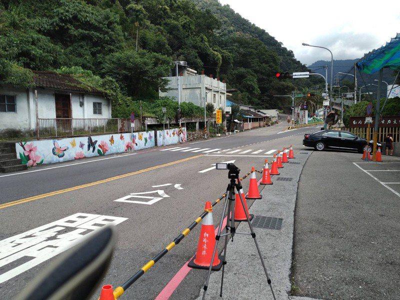 台8線常發生違規逆向超車,警方於台8線架設錄影機,取締跨越雙黃線逆向超車的違規行為。圖/警方提供