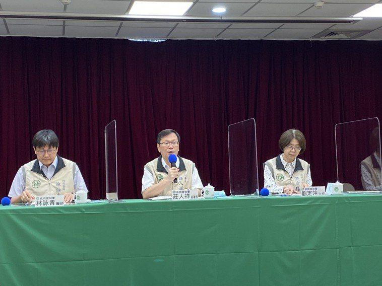 疾病管制署記者會。出席名單由左到右預防醫學辦公室防疫醫師林詠青、 發言人莊人祥、...