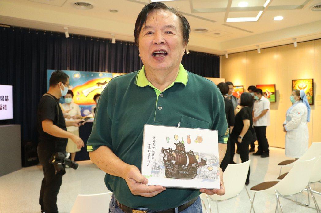 林志玲父親林繁男今出席輔大醫院「鮑博畫展」開幕儀式,林繁男手中為自己的畫作集錦。...