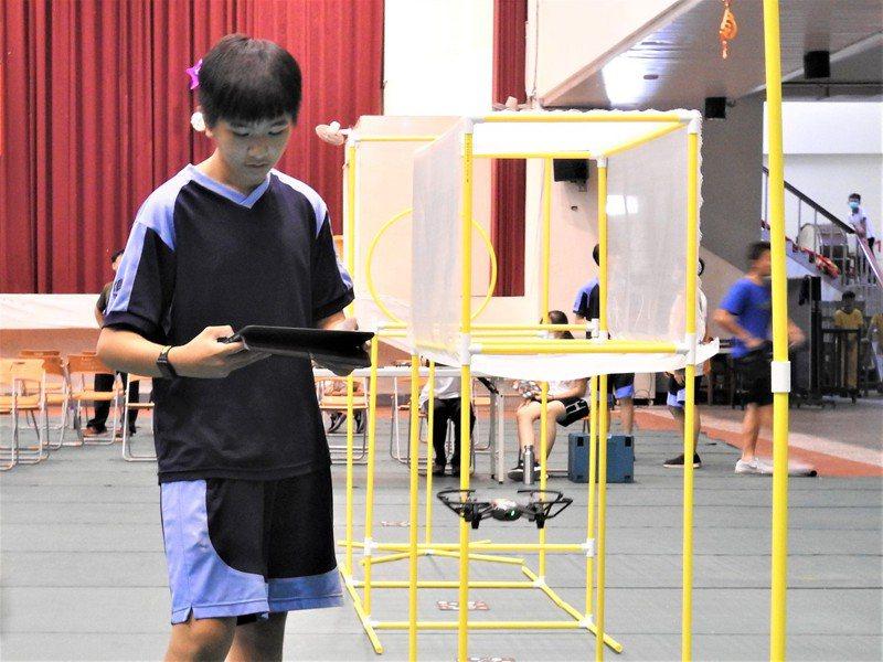 台灣之心無人機運算思維室內賽今登場,吸引南投縣內15所中小學組隊參賽。記者賴香珊/攝影