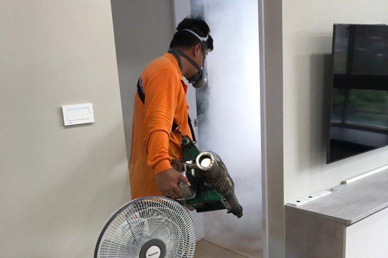 新北衛生局派員至高風險場域進行環境噴消,以及孳生源清除工作。圖/新北衛生局提供