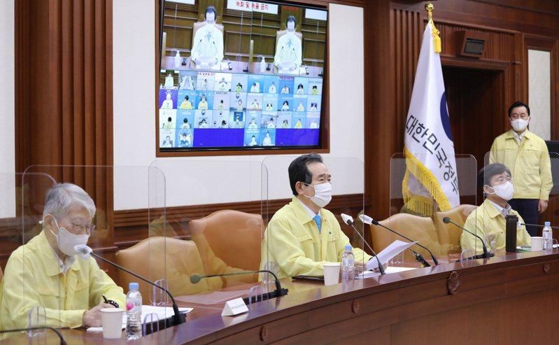 南韓國務總理室在22日上午傳出疫情,圖為13日南韓總理丁世均(中)主持疫情會議畫面。歐新社