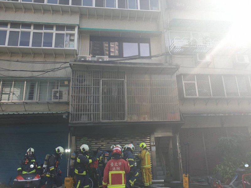台北市康寧路一家私人安養中心發生火災,消防隊撲滅火勢,救出3名老翁已無生命跡象,送醫急救。圖/記者李奕昕翻攝