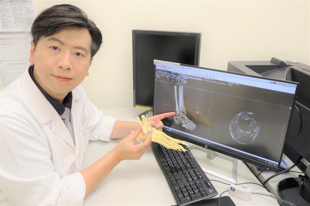 台大竹東骨科醫師黃鼎鈞表示,健康腳踝承受的重量遠超過膝關節,但是當姿勢不正確時,...