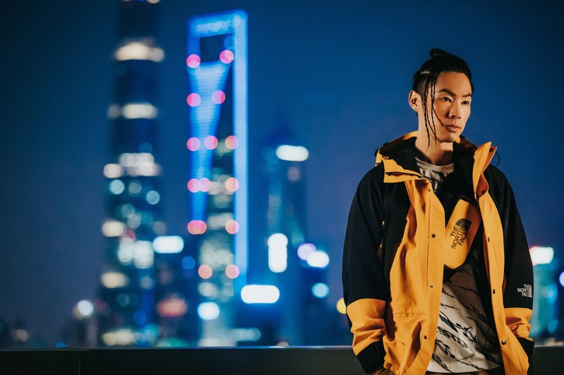 吳建豪演繹亮黃色款的ICON系列MOUNTAIN LIGHT夾克14,880元。圖/The North Face提供