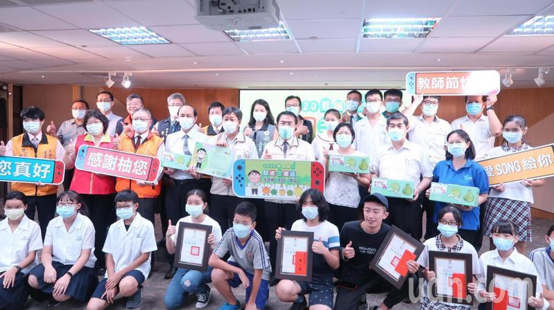 台南市教育局今天發表教師節主題曲MV,並頒獎給主題曲徵選得獎學生。記者鄭惠仁/攝影