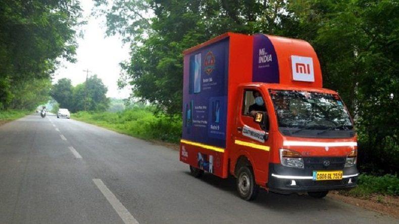 小米在印度推出流動商店服務,向偏遠地區的消費者展示產品。圖/網易智能