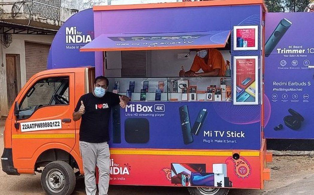 小米將小貨車改裝成流動商店,直接向印度農村的消費者推廣產品,藉以擴大印度市場。圖...