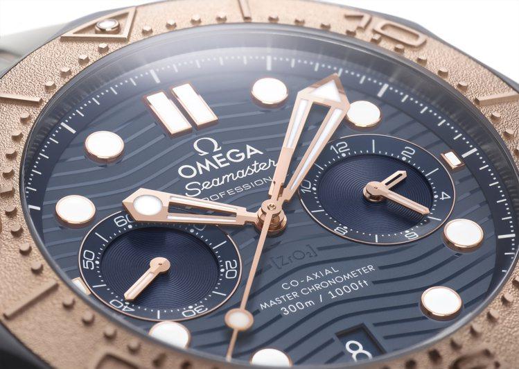 OMEGA新款海馬潛水300米計時碼表的藍色表面中,六點鐘方向印有陶瓷(ZrO2...