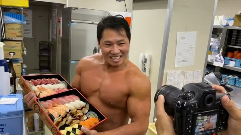 日本愛知縣安城市的今壽司三代老闆杉浦正典本身是健美好手,在新冠肺炎疫情期間想出「男子漢外送」服務,推出後非常受到歡迎,更帶動一般外送的業績。路透/Newsflare
