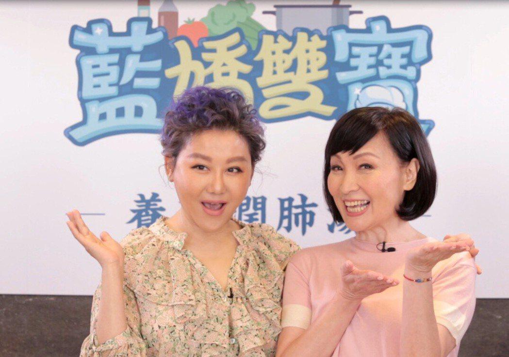 藍心湄和寶媽搭檔主持網路節目「藍嬌雙寶」。圖/搜哇臉書粉絲專頁提供