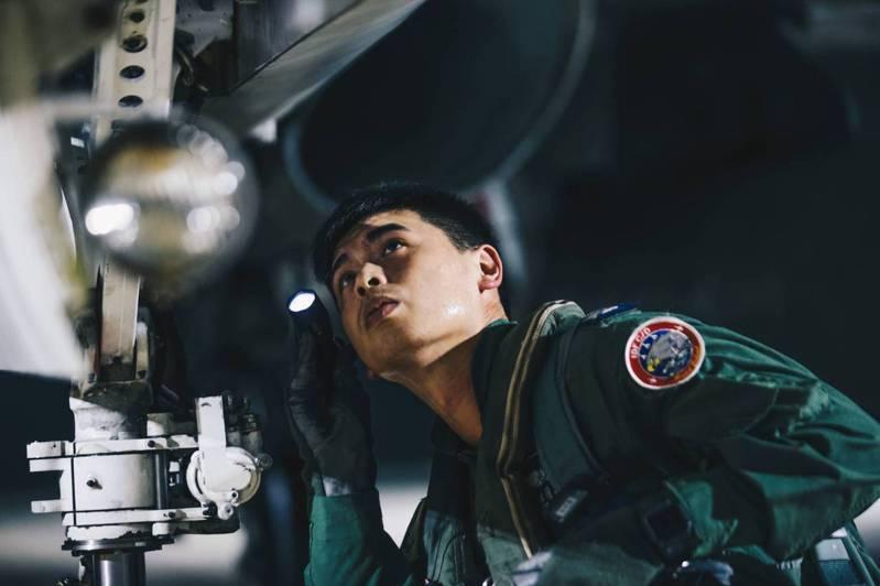 澎湖IDF戰鬥機飛行員執行飛行前檢查。圖/軍聞社