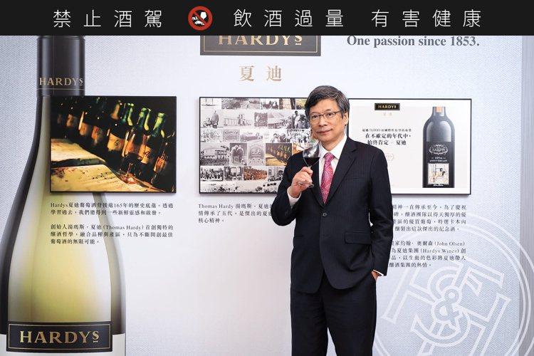 黑松公司董事長張斌堂(右),看好國內葡萄酒市場。圖/黑松提供。提醒您:禁止酒駕 ...