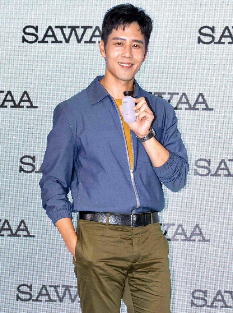 胡宇威親自使用代言的SAWAA,男生拿在手上也很有「男人的感覺」。記者劉小川/攝...