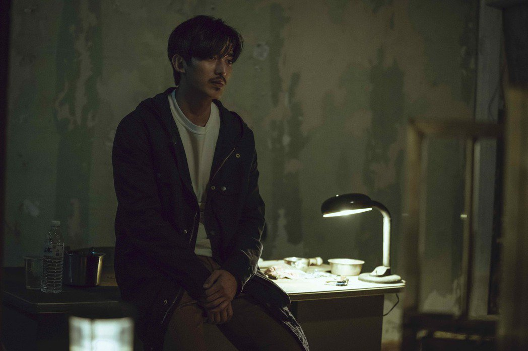 王家梁飾演的羅育祺有創傷症候群,常夜不成眠。圖/LINE TV提供