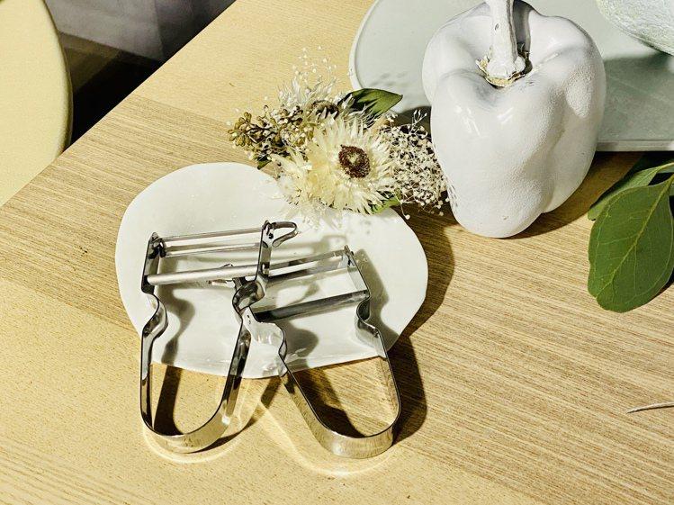 瑞士製造的不鏽鋼削皮刀,靈活設計的活動刀頭,使刀片可輕鬆貼合蔬果表面,輕鬆削除外...