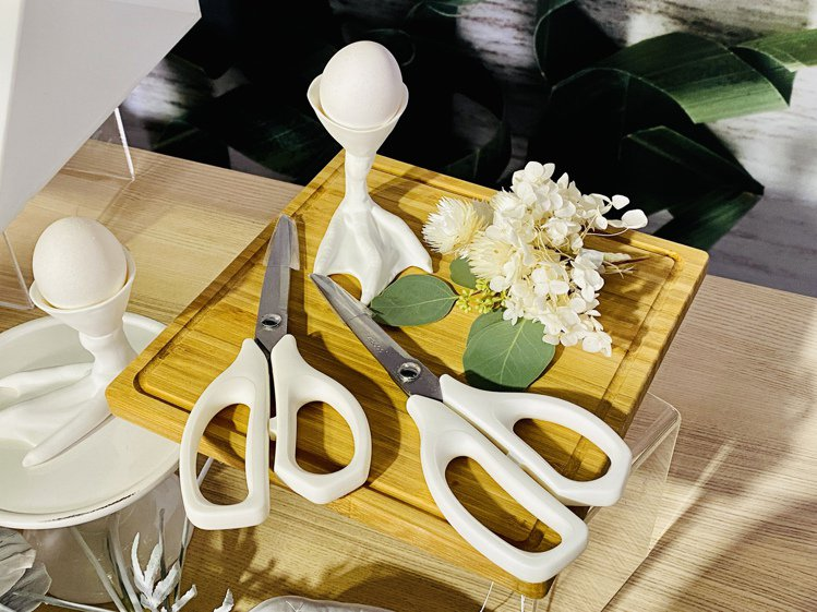 料理剪刀握把符合人體工學設計,使用起來輕鬆省力,不鏽鋼刀身容易清潔,圓弧刀尖更增...