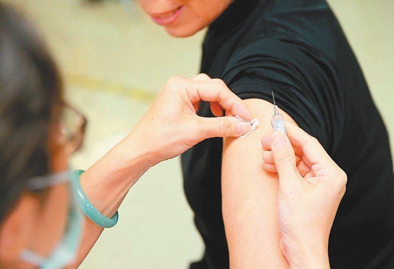 在新冠疫情陰影下,不少診所自費流感疫苗已預約一空。 圖/聯合報系資料照片