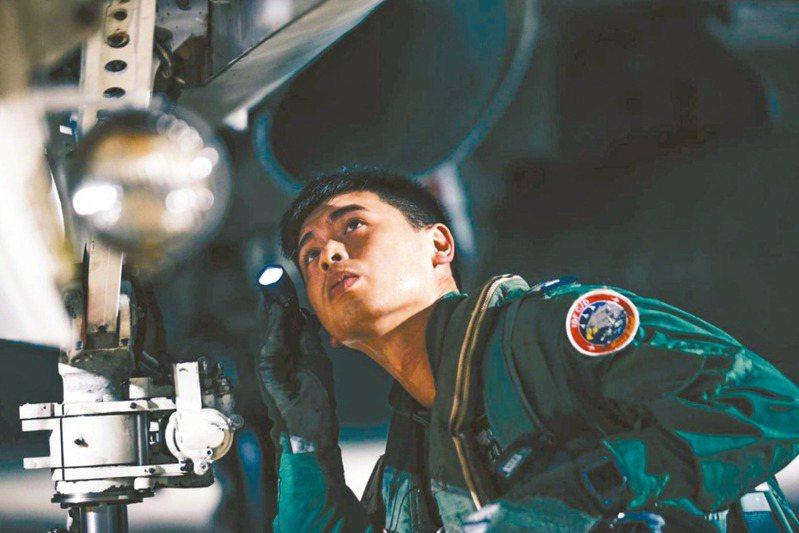 中共日前宣稱「不存在所謂的海峽中線」,我國軍22日則展開聯合防空作戰訓練」,陸、海、空三軍部隊緊急應變作為。圖為澎湖IDF戰鬥機飛行員執行飛行前檢查。 (軍聞社)