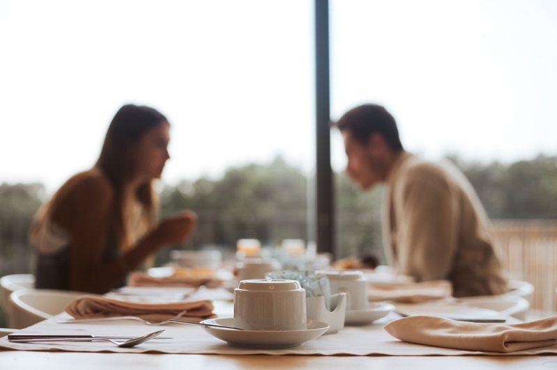 一名網友與男友的收入差距相當大,交通費、吃飯、逛街等等消費讓她吃不消,於是好奇「收入差距大的情侶要如何AA制?」,引起熱烈討論。圖/ingimage