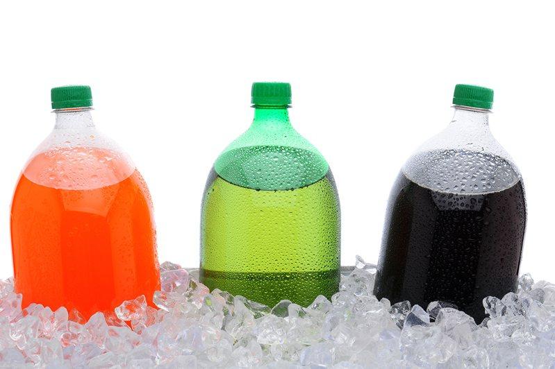 「瓶裝飲料放隔夜」實驗,愈甜的細菌數愈多!第一名是這種飲料