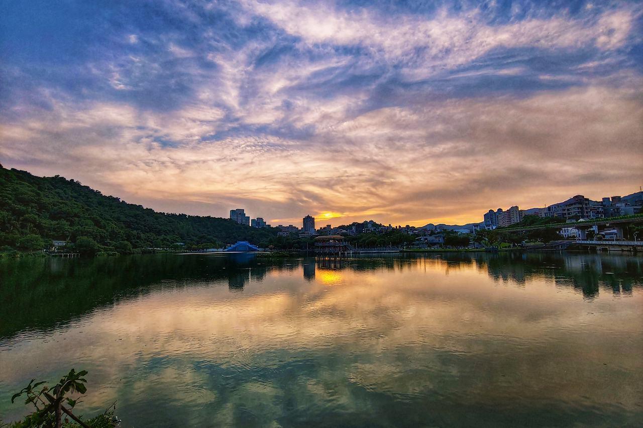 大湖公園湖泊因白鷺成群又名白鷺湖,因其依山傍水,水岸蜿蜒曲折,湖面波光粼粼,成為...