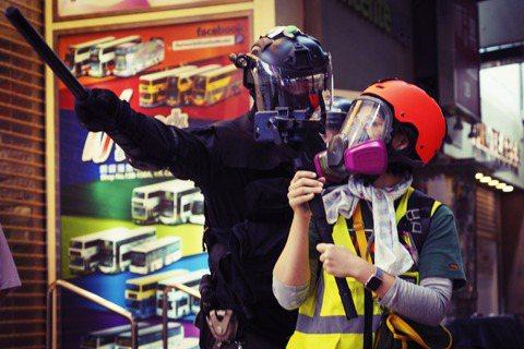 香港警務處主張:反送中、反港版國安法...等街頭抗爭裡,有許多「社會暴徒」偽裝成...