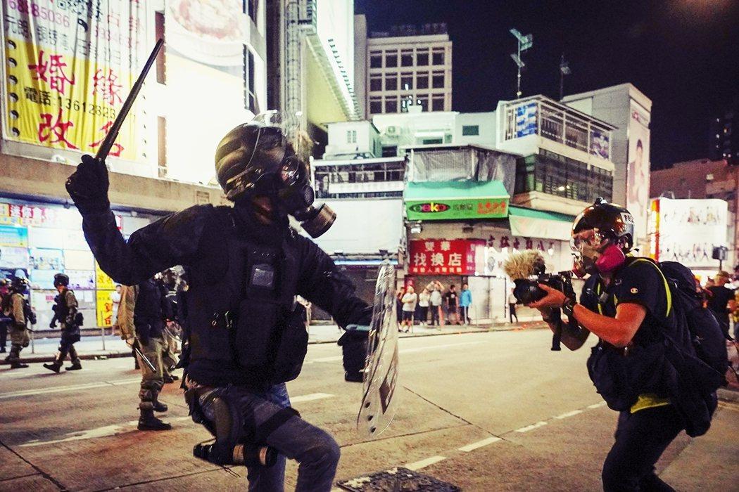 香港警務處周二發函多家傳媒組織的政令通告,即日起只有受港府新聞處註冊認可、或受國...