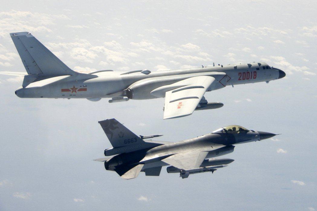 國軍F-16戰機(下)升空伴飛監控共軍轟-6。 圖/國防部