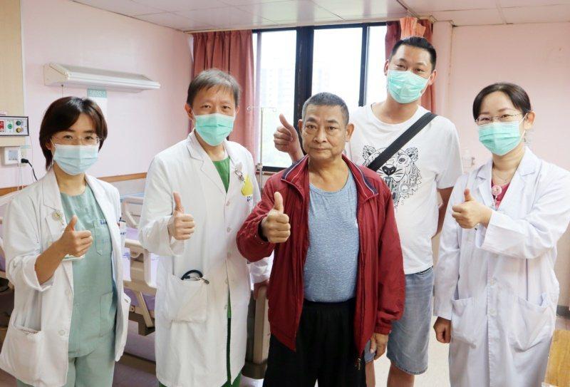 53歲的曾先生(中)日前因嚴重心衰竭陷入昏迷,一度失去生命跡象,所幸經急救及低溫...