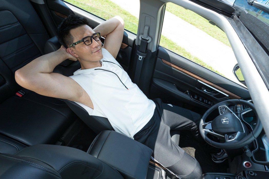 Honda CR-V的全景天窗,提供車內極佳視野及光線。記者陳立凱/攝影 記者陳...