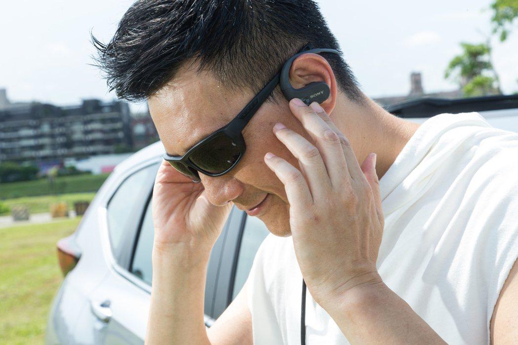 蔣偉文喜歡運動服裝搭配藍牙耳機及太陽眼鏡。 記者陳立凱/攝影
