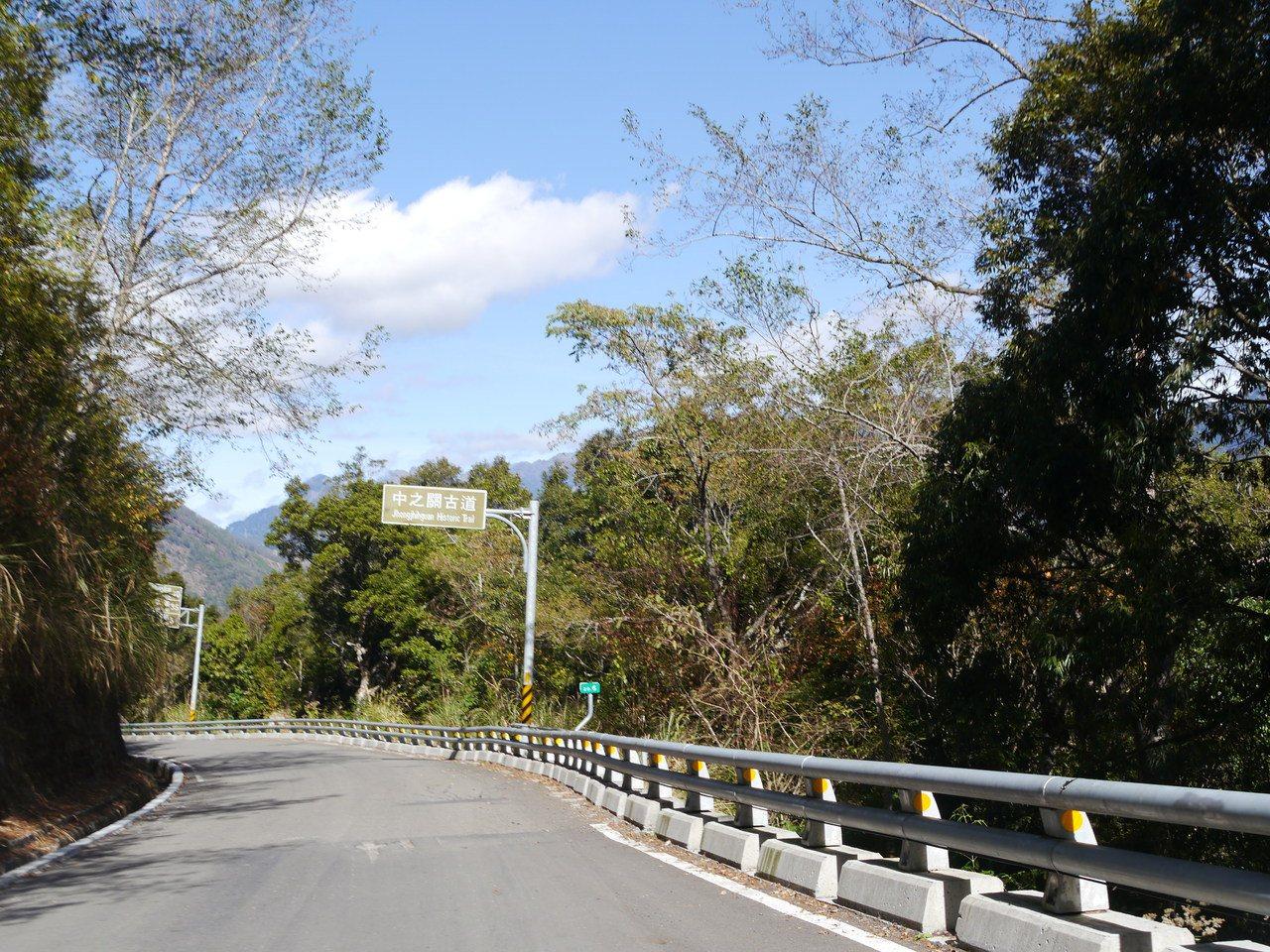 觀光局輔導營運的「台灣觀巴」桃源中之關古道路線上路不久,沿途會經過十八羅漢山風景...