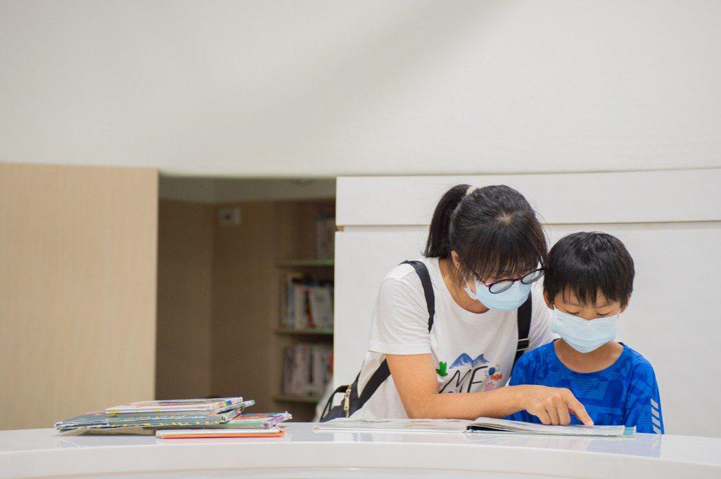 「國民中小學新生閱讀推廣計畫」藉由閱讀的方式來培養孩子各方面的素養,而透過繪本的導讀,也讓父母親開啟和孩子的共讀時光。示意圖。  圖/聯合報系資料照;新竹市政府提供
