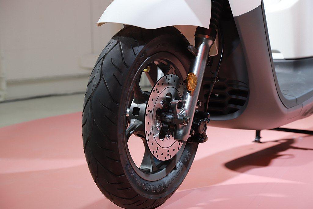 宏佳騰Ai-3小輪框低重心,結合CBS連動剎車系統,帶來順暢輕巧的駕馭體驗。 記...