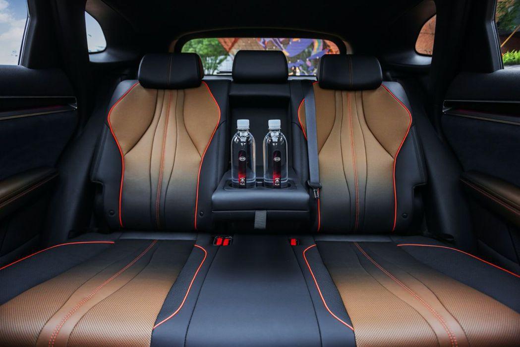 漸層的內裝在墨浸棕與玄武黑之間變換。 摘自比亞迪汽車