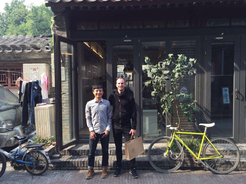 李擴與Airbnb共同創辦人合影。  圖/朱恩立攝影