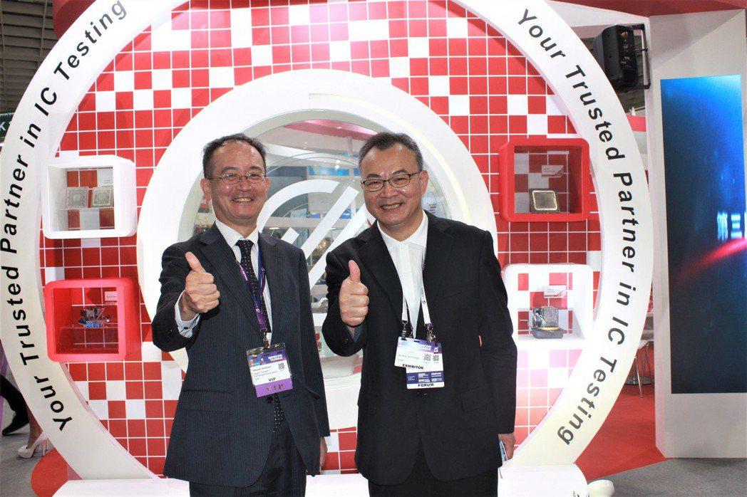 日本台灣交流協會台北事務所副代表星野光明(左)到場參觀。 李憶伶/攝影。