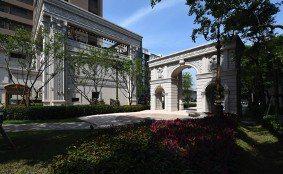 「寶石君品苑」一旁就是千坪歐風花園廣場,提供住戶舒適的休閒環境。