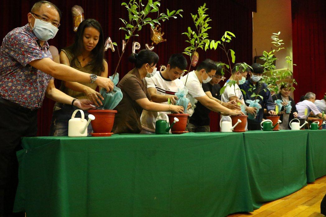 師生們植栽樹木活動。東方/提供。