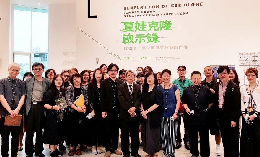 藝術家林珮淳(前排右五)與觀展人士合影。 林珮淳/提供