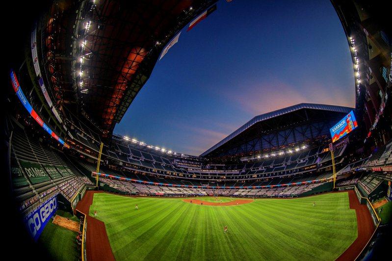 大聯盟主席曼佛瑞德對媒體表示,正奮力爭取10月12日起在德州舉行的國聯冠軍賽(NLCS)、世界大賽(World Series)開放觀眾。 路透社