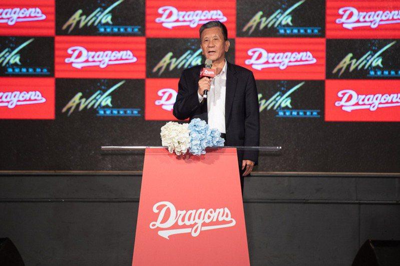 領隊任中傑則說,很榮幸在生涯中先後簽下蔡仲南、王維中2大球星。 圖/味全龍隊提供