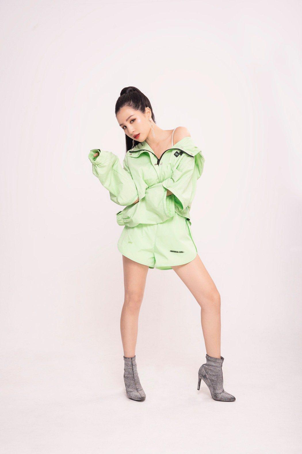 江靜推出首張個人專輯「挺好的  江靜」。圖/本色音樂提供